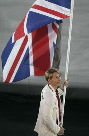 图文:雅典奥运会开幕 英格兰代表团旗手