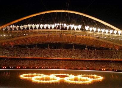 图文:雅典奥运会开幕式 夜幕下的五环