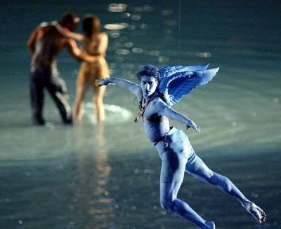 图文:雅典奥运会开幕式 从天而降的