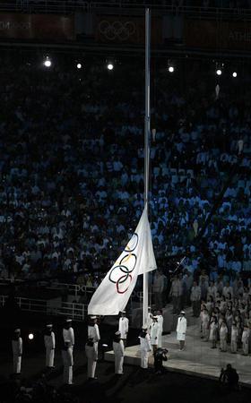 图文:雅典奥运会开幕式 五环旗在雅典冉冉升起