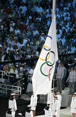 图文:奥运会开幕式 奥运五环旗缓缓升起
