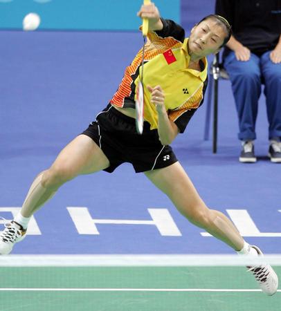中国羽毛球选手张宁在雅典奥运会羽毛球女单首轮比赛