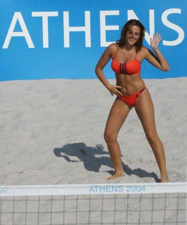 图文:奥运会沙滩排球开赛 拉拉队员起舞