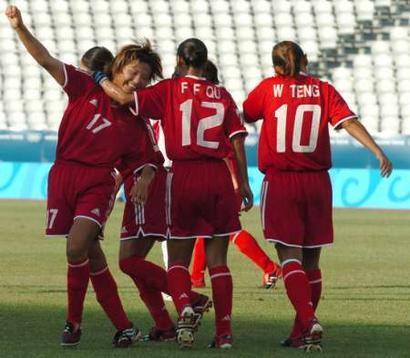 图文:中国女足队员庆祝进球