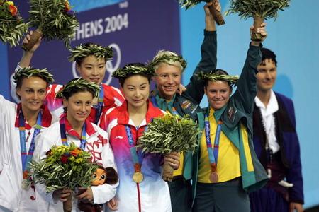 图文:获得奖牌的运动员一起感谢现场观众