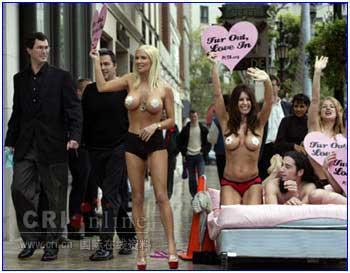 组图:当美女爱上动物 用赤裸身体呼吁保护动物