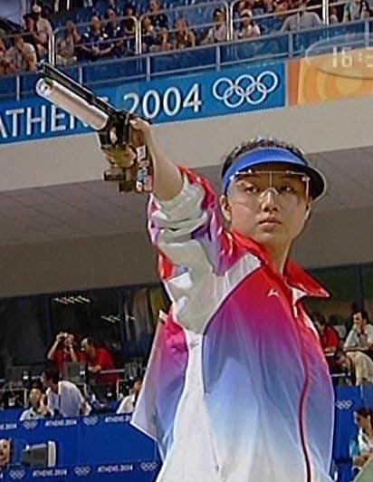 图文:奥运会女子10米汽手枪 任洁在赛前准备