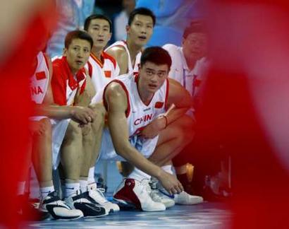 图文:中国男篮首战西班牙 神情紧张的姚明