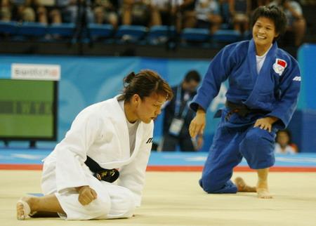 图文:冼东妹在击败日本选手后庆祝胜利