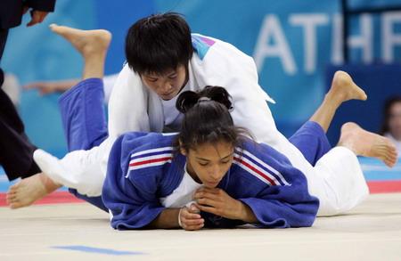 图文:冼东妹压倒日本对手