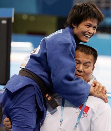 图文:冼东妹与教练拥抱庆祝胜利