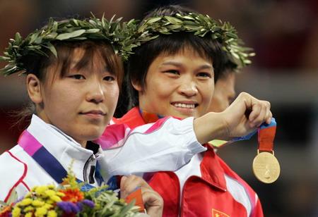 图文:冼东妹展示金牌