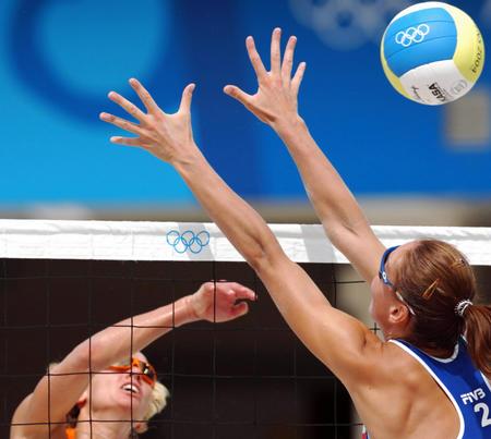 [奥运](3)沙滩排球――荷兰负捷克8月15日,捷克队的塞波娃(蓝)