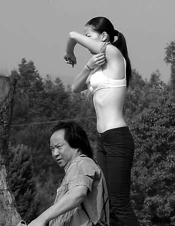 模特炮图_【组图】武夷山上:模特坦然宽衣