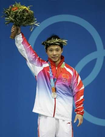 图文:男子举重56公斤级决赛 吴美锦获银牌