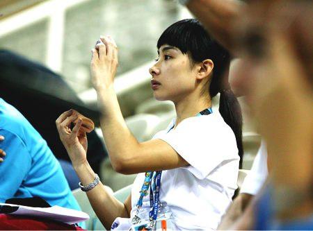 图文:前体操冠军刘璇助威 身份转为主持人