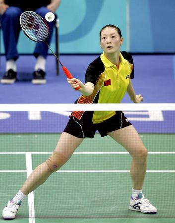 羽毛球女单 龚睿那在比赛中回球-2004雅典奥运会