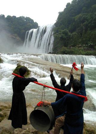 黄果树大瀑布呼喊.当日,中国贵州·安顺黄果树瀑布节在黄果高清图片