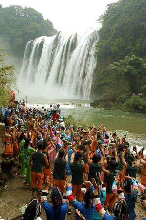 黄果树瀑布前载歌载舞.当日,中国贵州·安顺黄果树瀑布节在高清图片