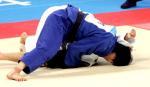 图文:冼东妹女子52公斤级夺冠 压制对手在地