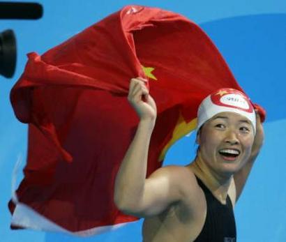 图文:女子100米蛙泳决赛 罗雪娟身披国旗