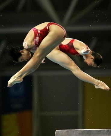 图文:劳丽诗/李婷夺得女子双人10米跳水冠军