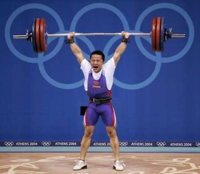 图文:举重62公斤级比赛 石智勇怒吼