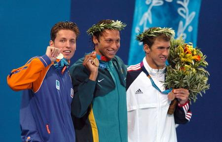 图文:索普和获奖牌的选手展示奖牌