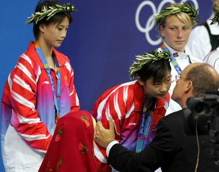 图文:劳丽诗、李婷领取金牌
