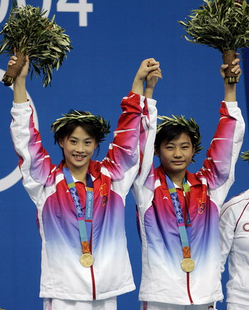 图文:李婷(左)和劳丽诗在领奖台上