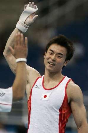 图文:男子体操团体决赛 日本选手在比赛中2