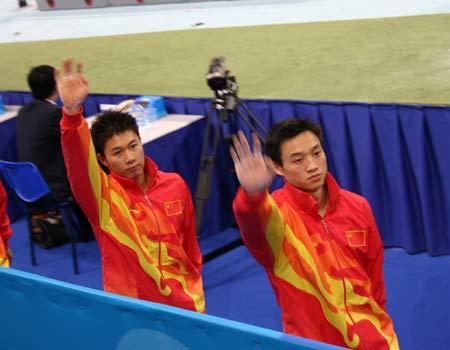 图文:体操现场 李小鹏和杨威挥手致意