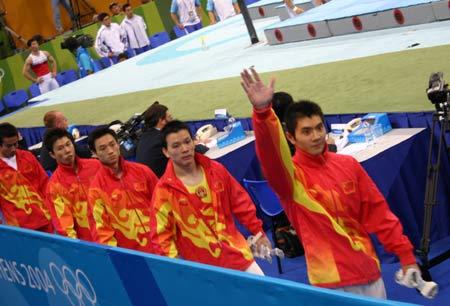 图文:体操现场 体操队队员下场致意