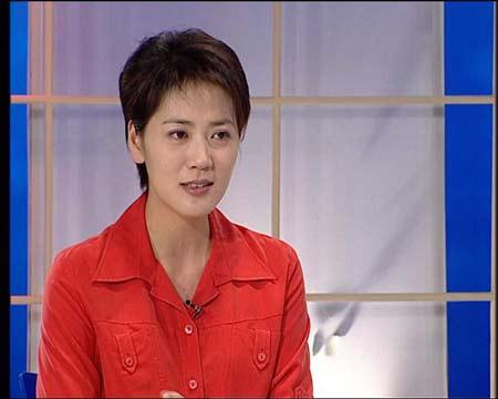 图文:做客新闻会客厅 杨澜开怀大笑