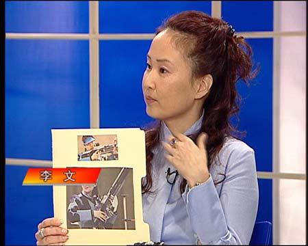 图文:做客新闻会客厅 李文手捧冠军照片