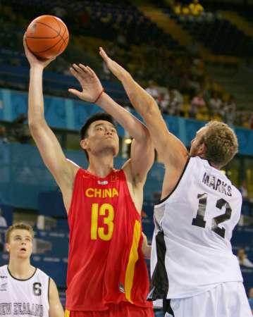 图文:中国男篮对战新西兰 姚明扣篮