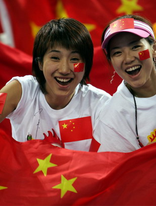 """图文:""""中新""""之战女球迷 """"我爱中国男篮"""""""