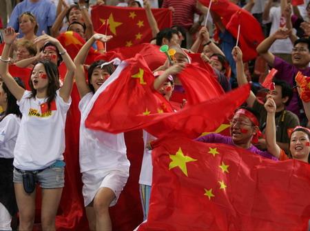图文:中国男篮胜新西兰 球迷团现场助威