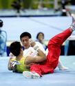 图文:男子体操团体 滕海滨单杠中失手落杠