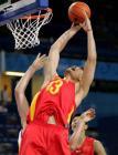图文:中国男篮首尝胜利 姚明在比赛中扣篮
