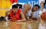图文:中国男篮首尝胜利 新秀莫科倒地抢球