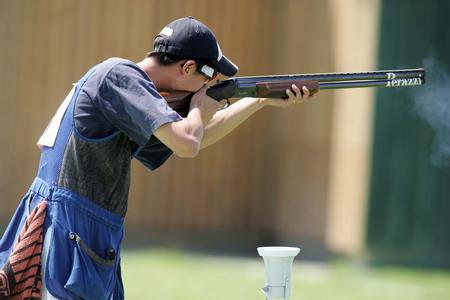 图文:男子双多向飞碟 王正在比赛中射击