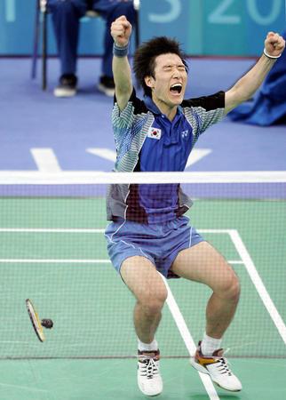 sang)朴泰相在雅典奥运会羽毛球男单比赛结束后