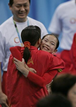 图文:女子体操团体决赛 程菲与教练拥抱
