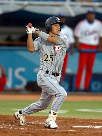 图文:棒球比赛 日本队强棒在击球