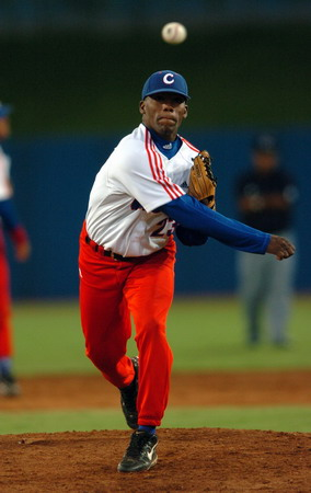 图文:棒球比赛 古巴投手投球