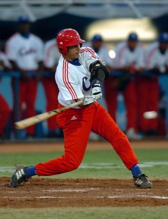 图文:棒球比赛 古巴击球手在击球