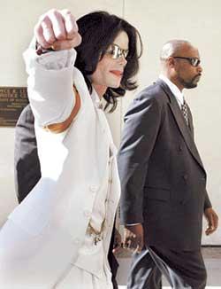 迈克尔―杰克逊出席第三次听证会否认有罪(图)
