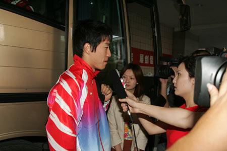 图文:首批奥运健儿返京 刘翔接受媒体采访