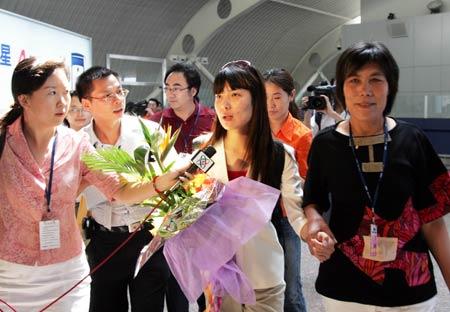图文:首批奥运健儿返京 杜丽与她的母亲